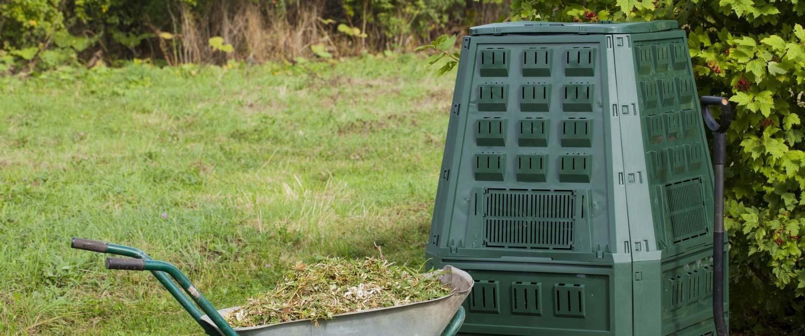Composteur en plastique dans un jardin